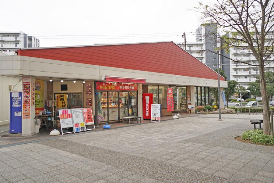 バス停の近くにスーパーや郵便局、医院などの施設がまとまっています。