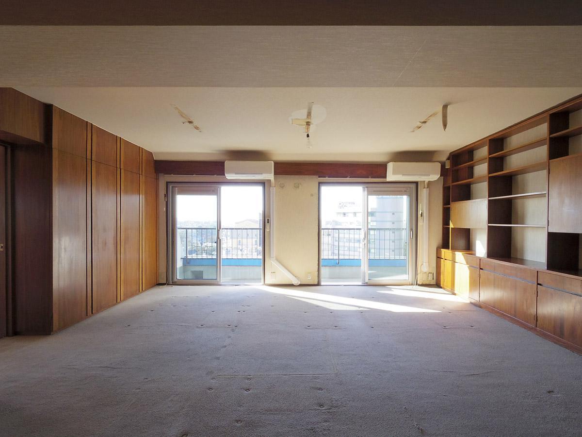 20畳の洋室。落ち着いた雰囲気の室内。両側に収納を設けている