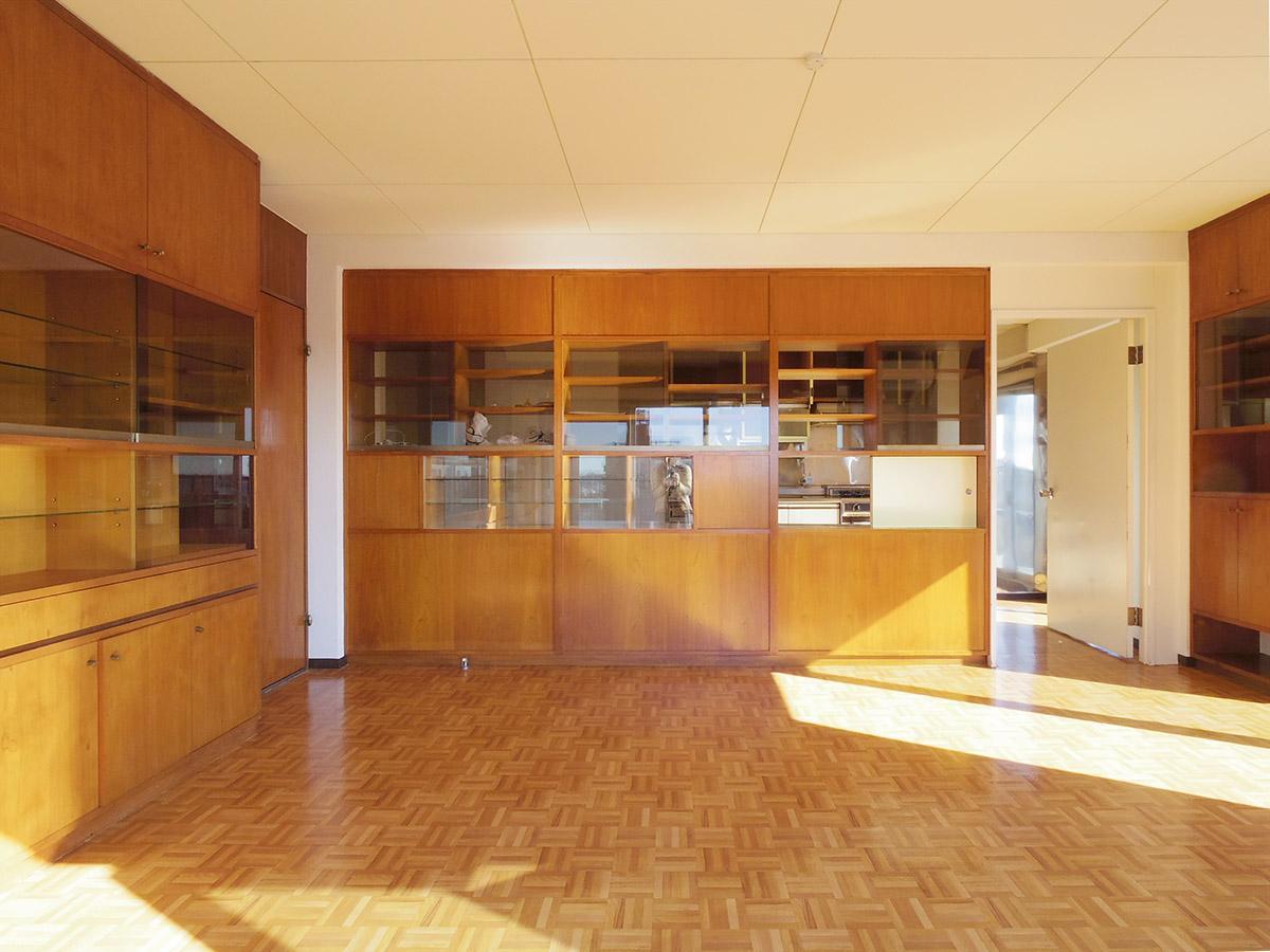 10畳の洋室。収納棚の奥がキッチン