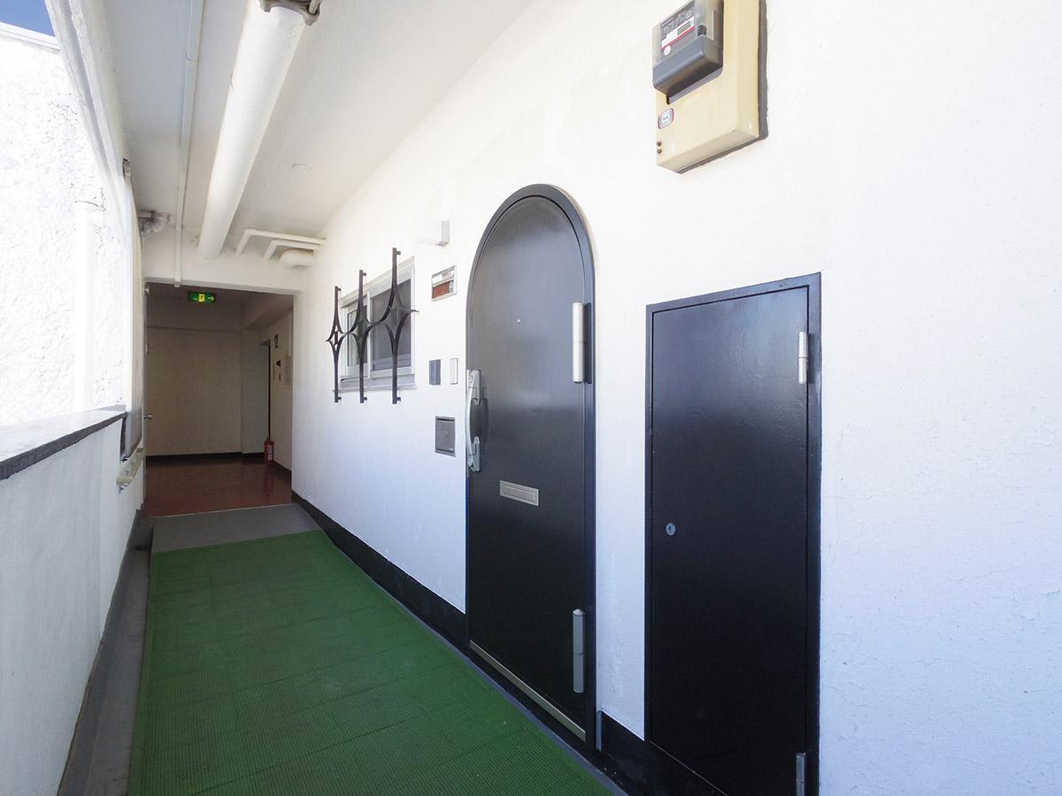 玄関。アーチ状の扉が可愛い