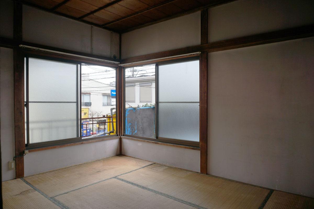2階6畳和室:窓が低くて昭和の雰囲気、バルコニーには洗濯機置き場あり