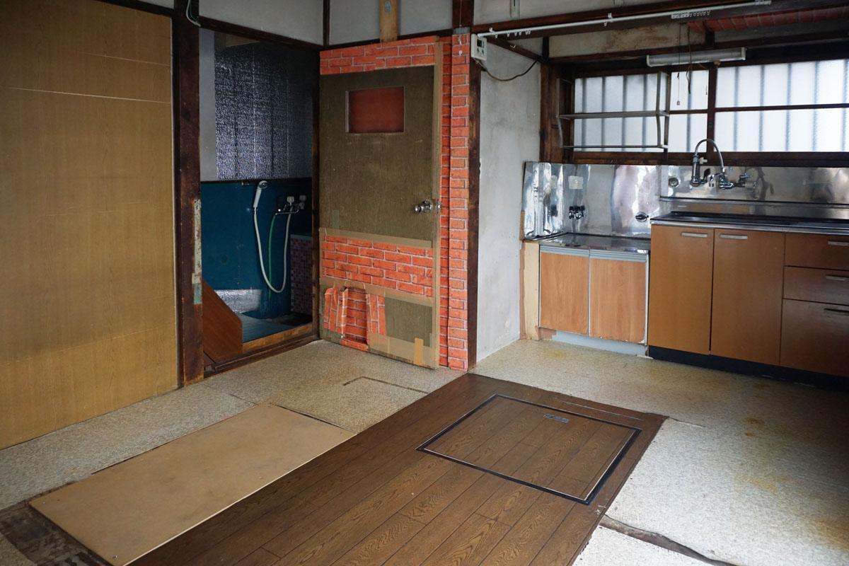 1階キッチン:フロアシートの下は板材