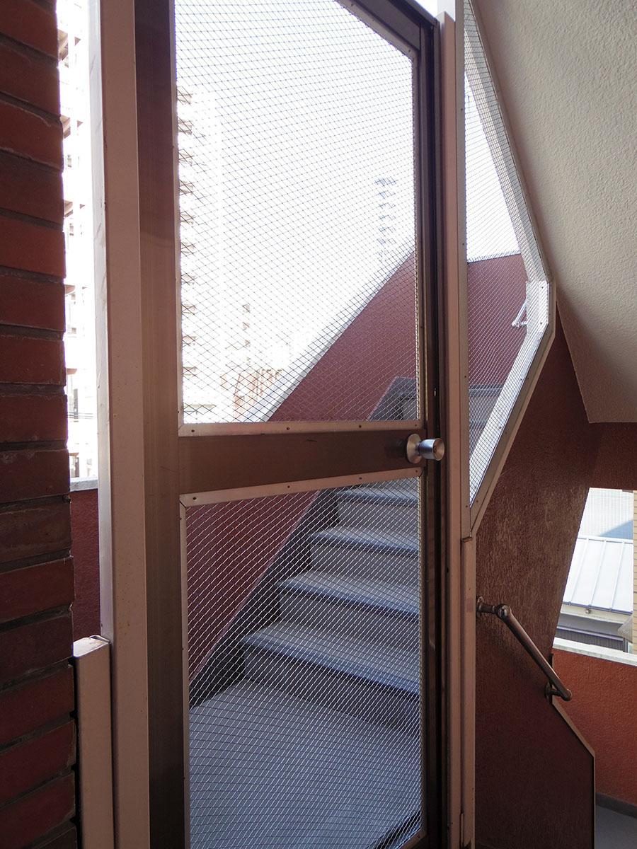 オートロックはないものの、4階から5階への階段入り口に鍵付きのドアあり