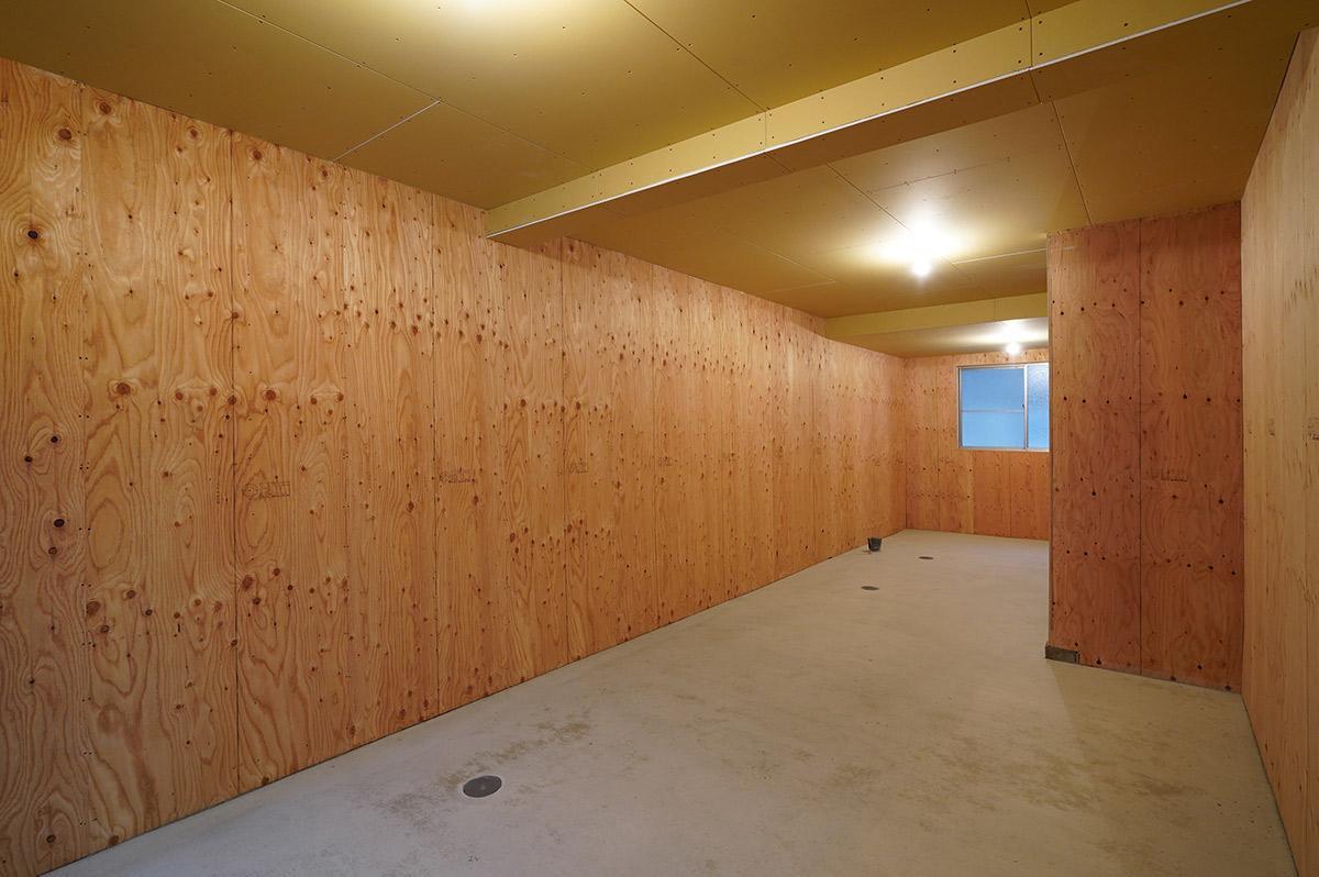 壁は合板、天井はボード仕上げのスケルトン状態