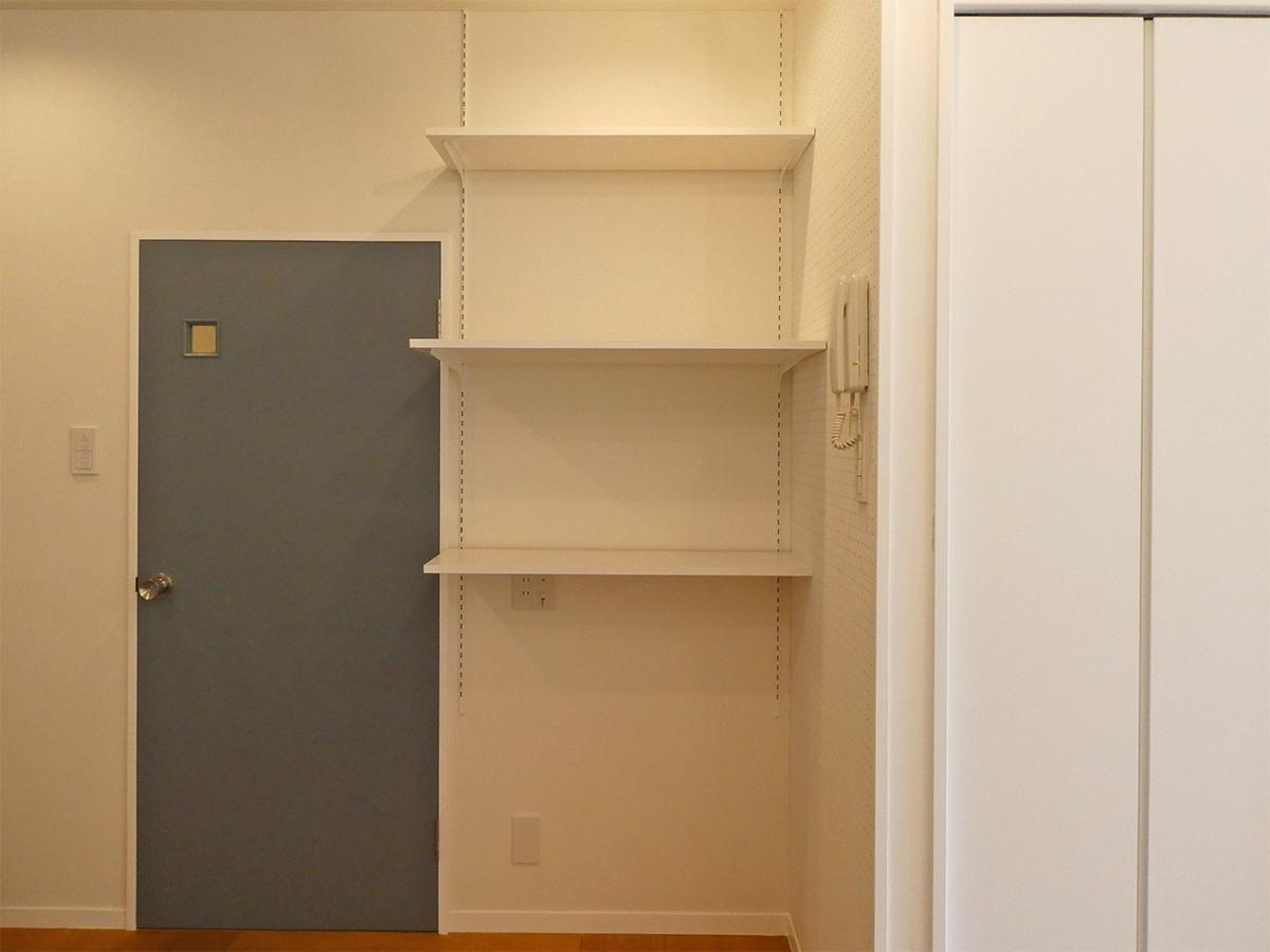 棚の右側の壁は有孔ボードになっています