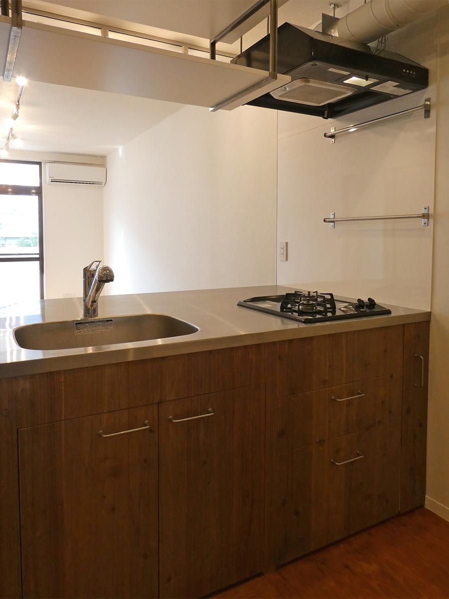 オープンキッチン。こちらもオイル塗装された木の質感が良い