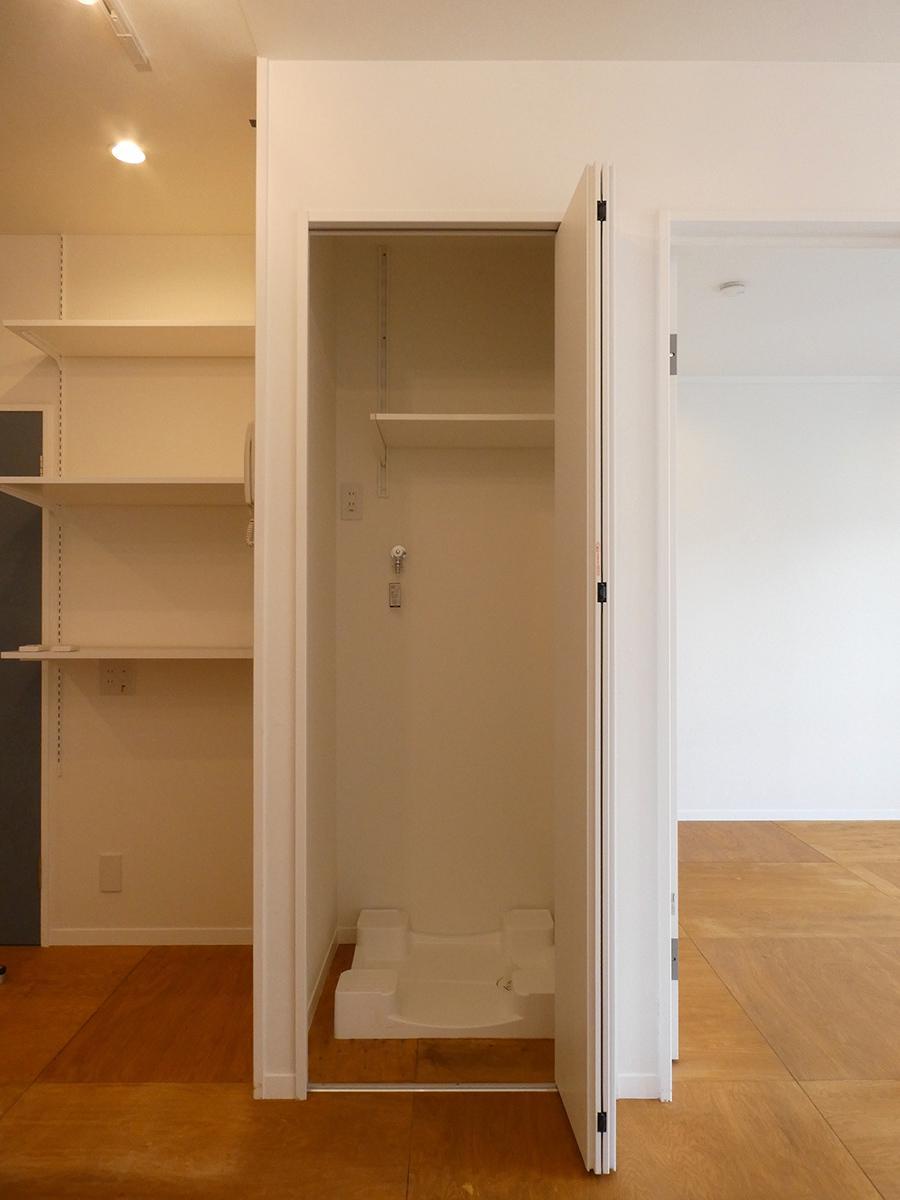 洗濯機置き場は目隠しできる仕様。幅80cm×奥行70cmほど