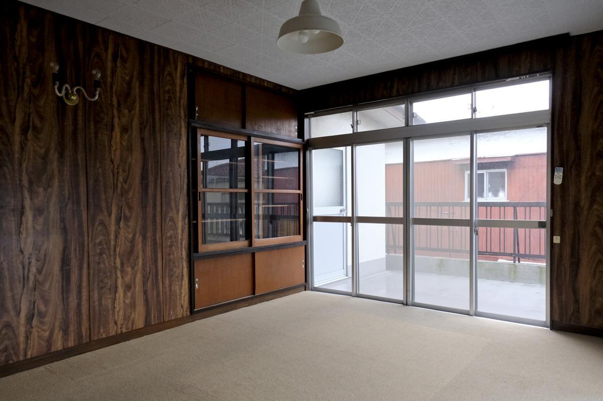 2階バルコニー付きの部屋。木のガラス戸がついた棚が可愛らしい