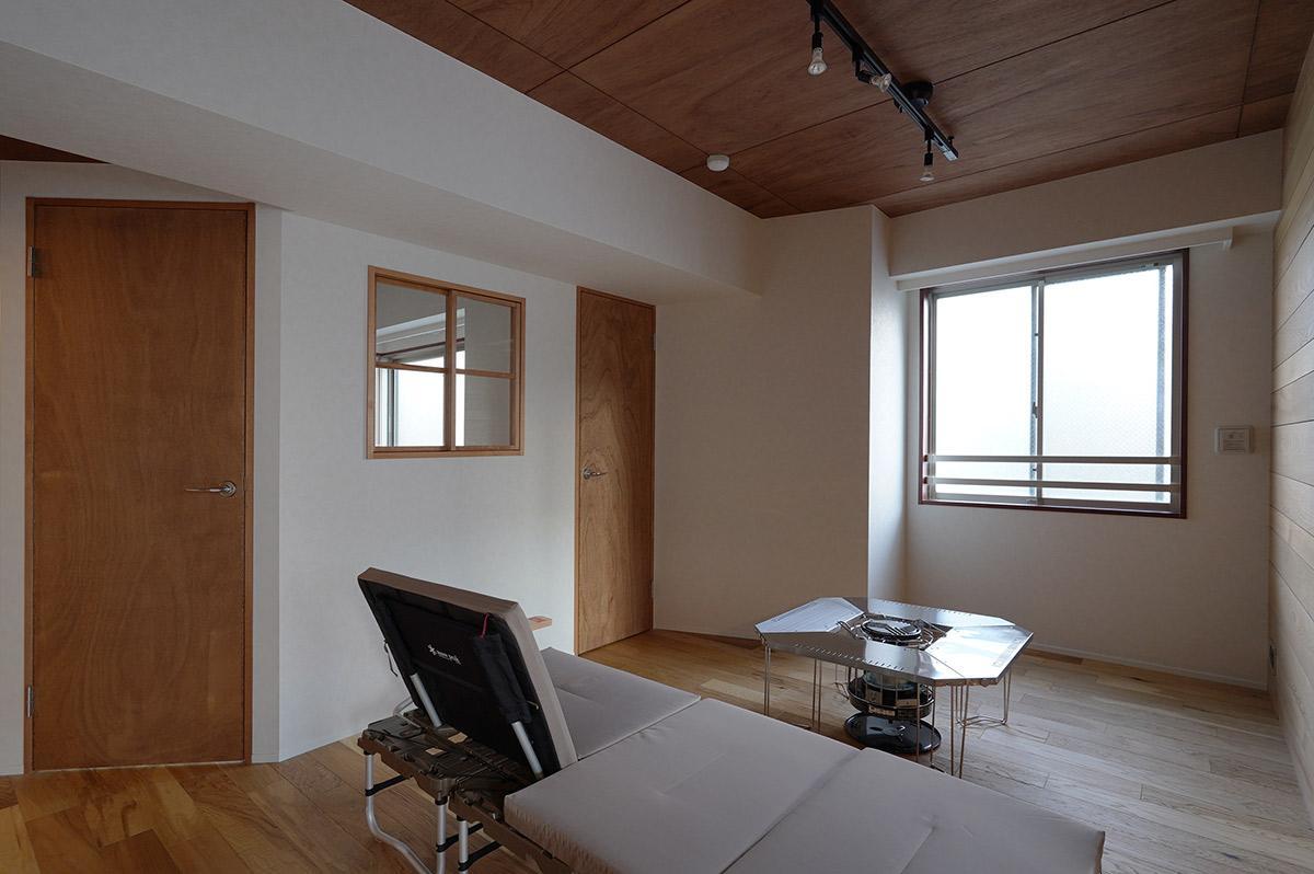 リビングと寝室の間にはかわいい小窓