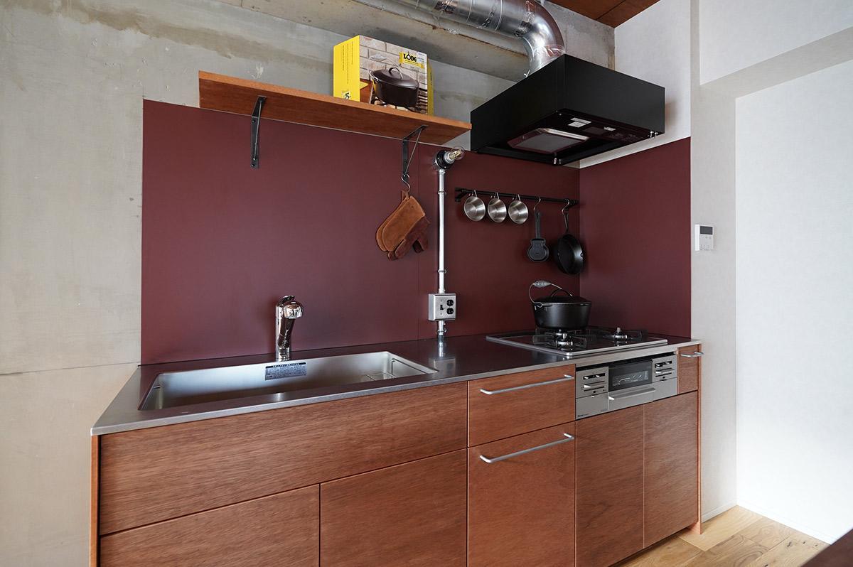 キッチンパネルはえんじ色のガルバリウム鋼板貼り