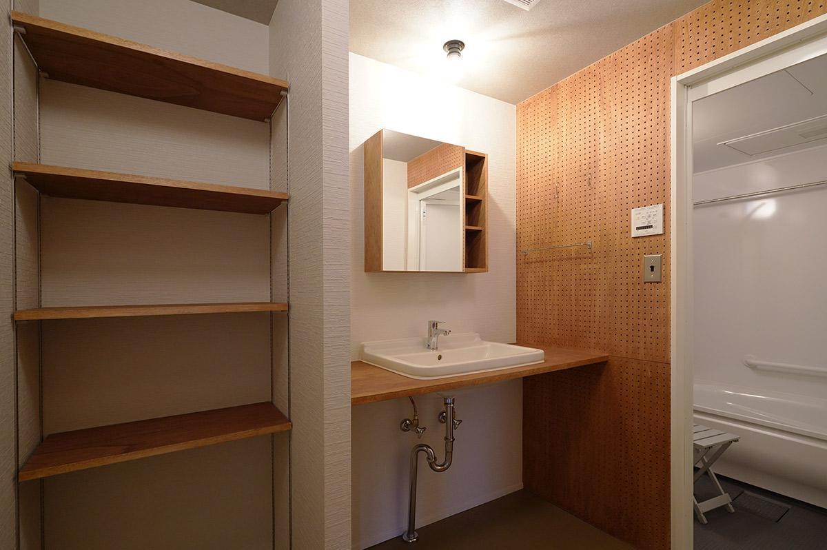 洗面室と浴室の間の壁は有孔ボード