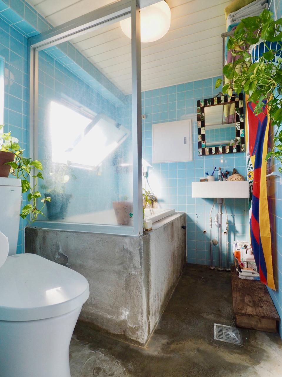 モルタルの床、浴槽の立ち上がりも雰囲気があっていい