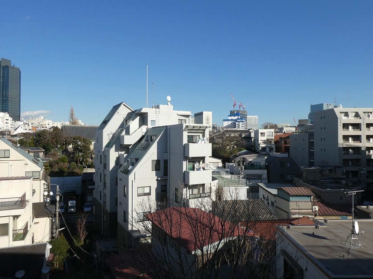 空が広い眺望。写真中央建物の奥はお墓