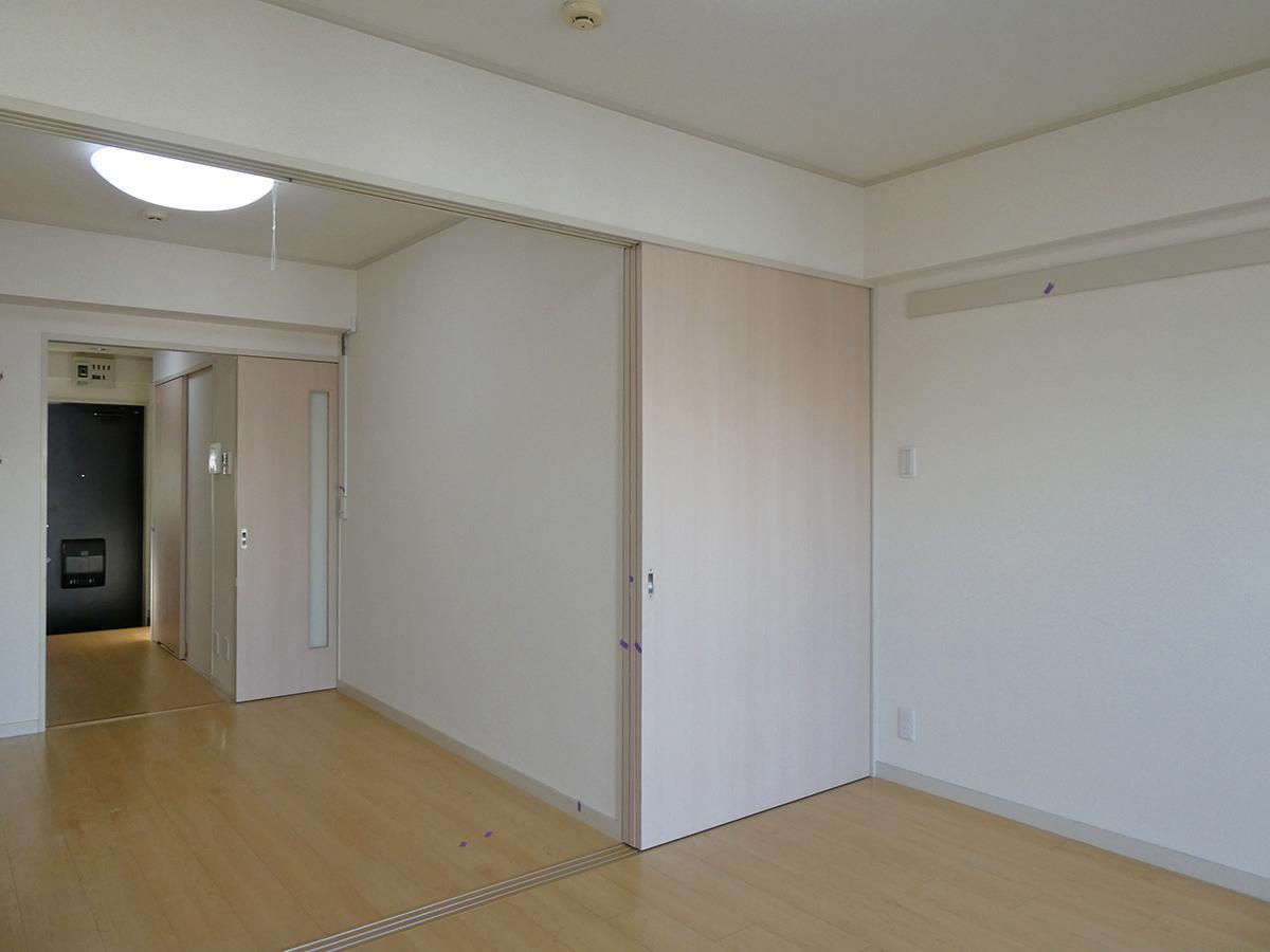 つるっとシンプル。薄ピンクの引き戸で区切れる。扉の奥にはクローゼット