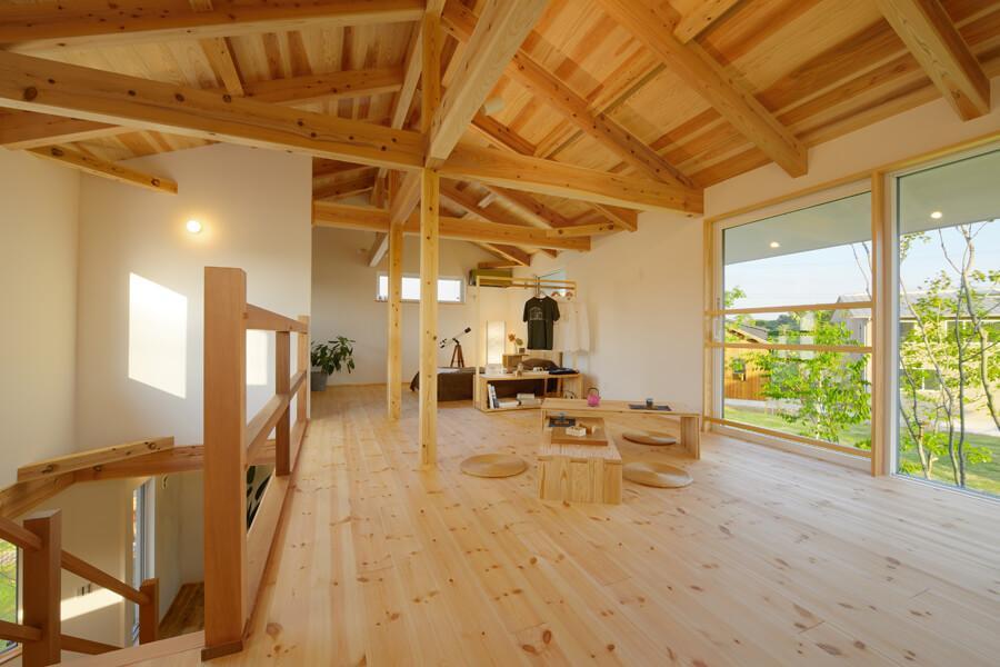 2階は広いワンルーム。将来的に中央の柱をうまく使い、部屋を仕切ることが可能です