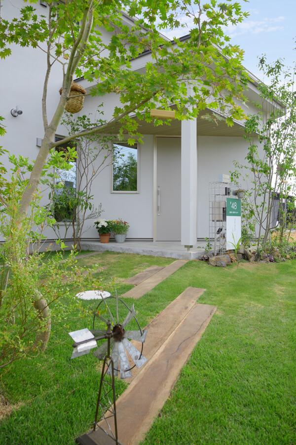 玄関先に木々が植えられています