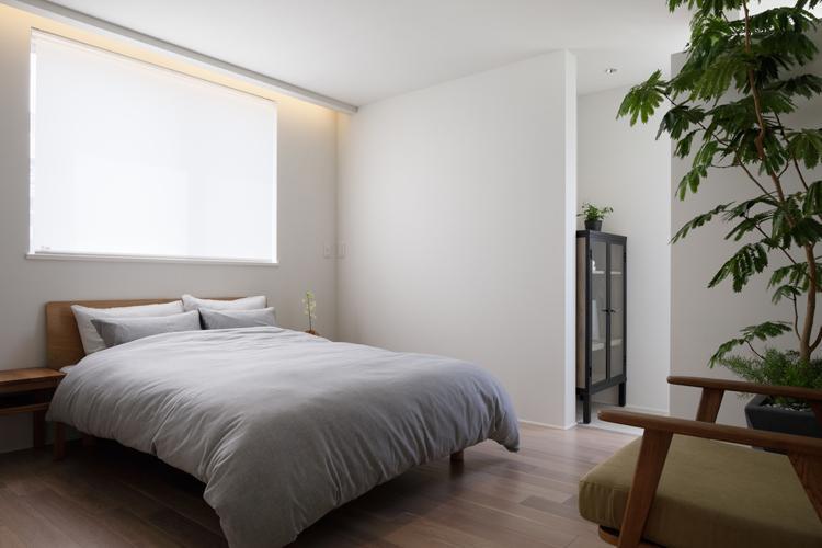 寝室。サンルームとゆるくつながる設計で開放的