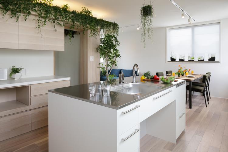 3階リビング。大きなアイランドの作業台、壁際にガスコンロのついた調理台もあり、キッチンスペースが広々