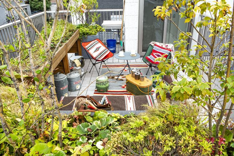 屋上。植栽のプランターやアウトドアチェアが用意されている
