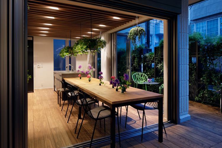 豊かな緑をながめる屋内外が一体となったリビング空間