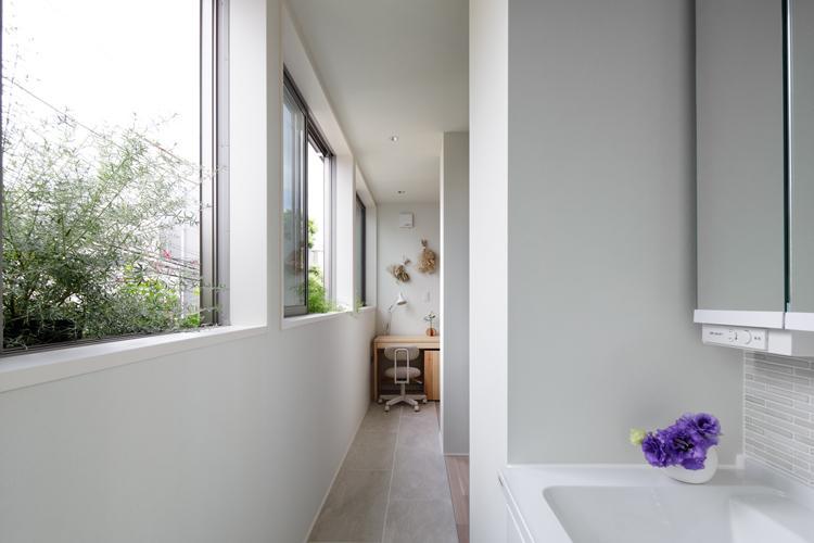 2階のサンルーム。窓際にフラワーボックスがあり植栽で窓辺を彩れる