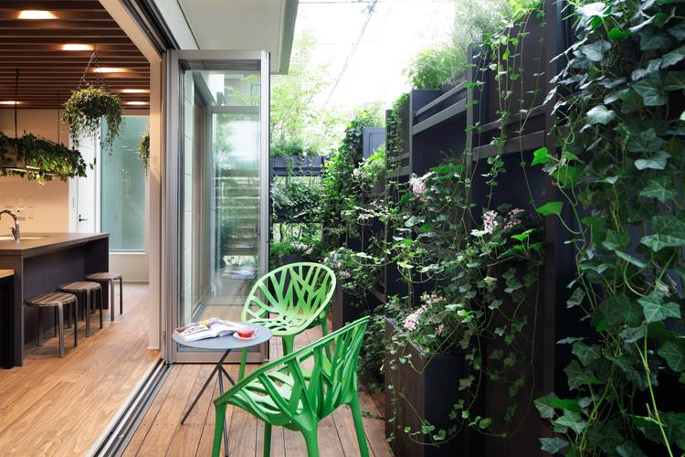 床材は屋内・屋外ともに「アコヤ」という防腐処理された木材が使われている
