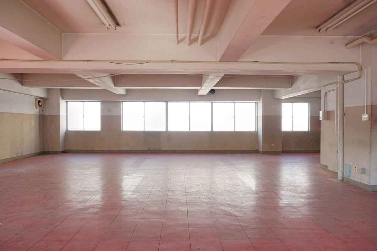 2階:室内は明るい、天井やむき出しの配管は白でまとめられていてスッキリ