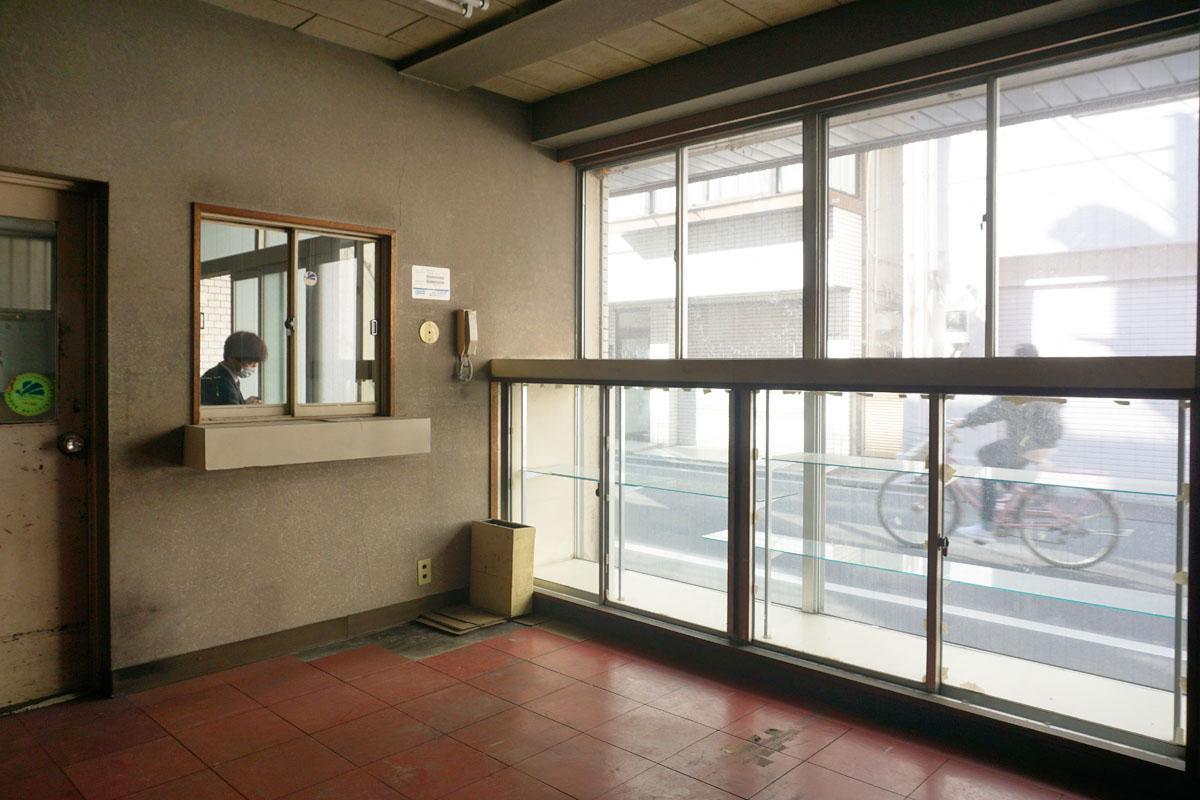 1階:待合スペースのショウウィンドーと受付窓口、レトロな雰囲気なのでぜひ活用してほしい
