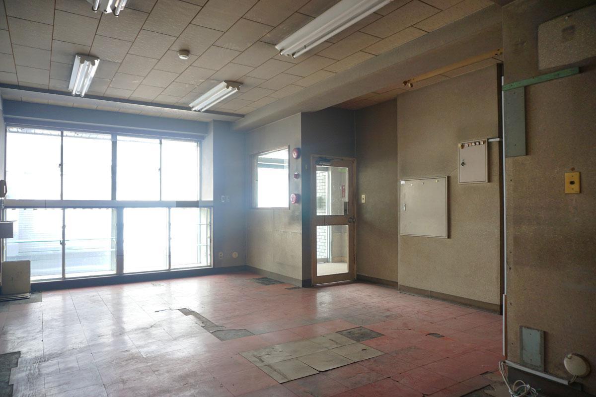 1階:待合スペース、玄関から渋い鉄扉を開けて入ることができる