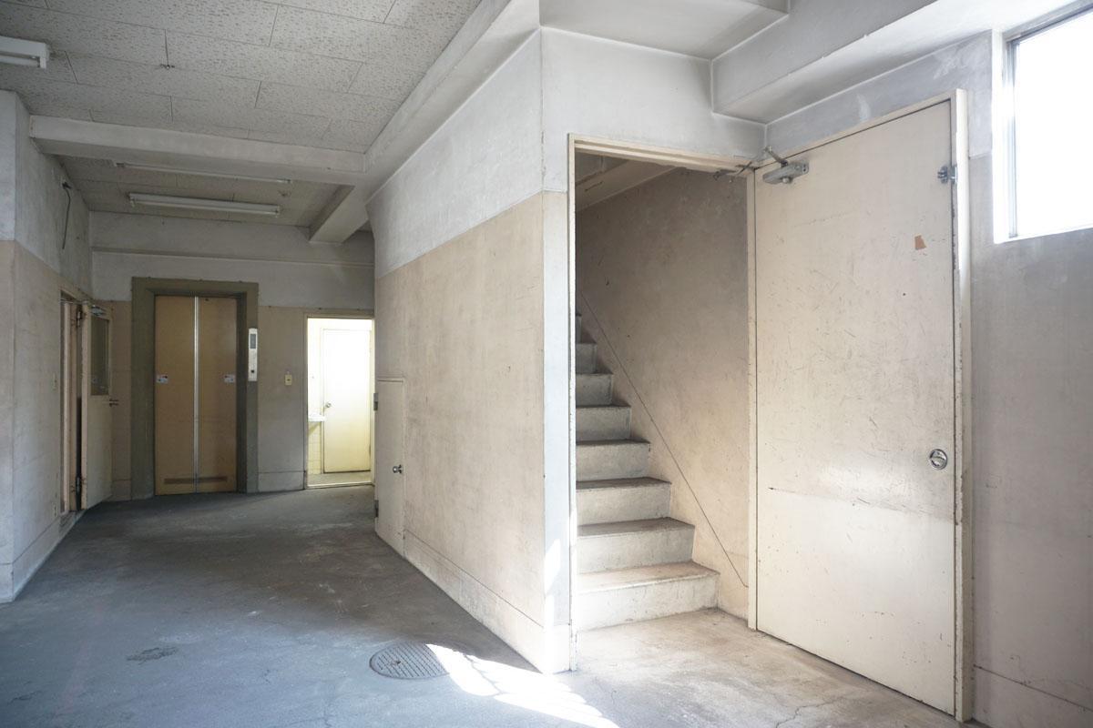 1階:2階への階段も床と同じようなコンクリートでかっこいい
