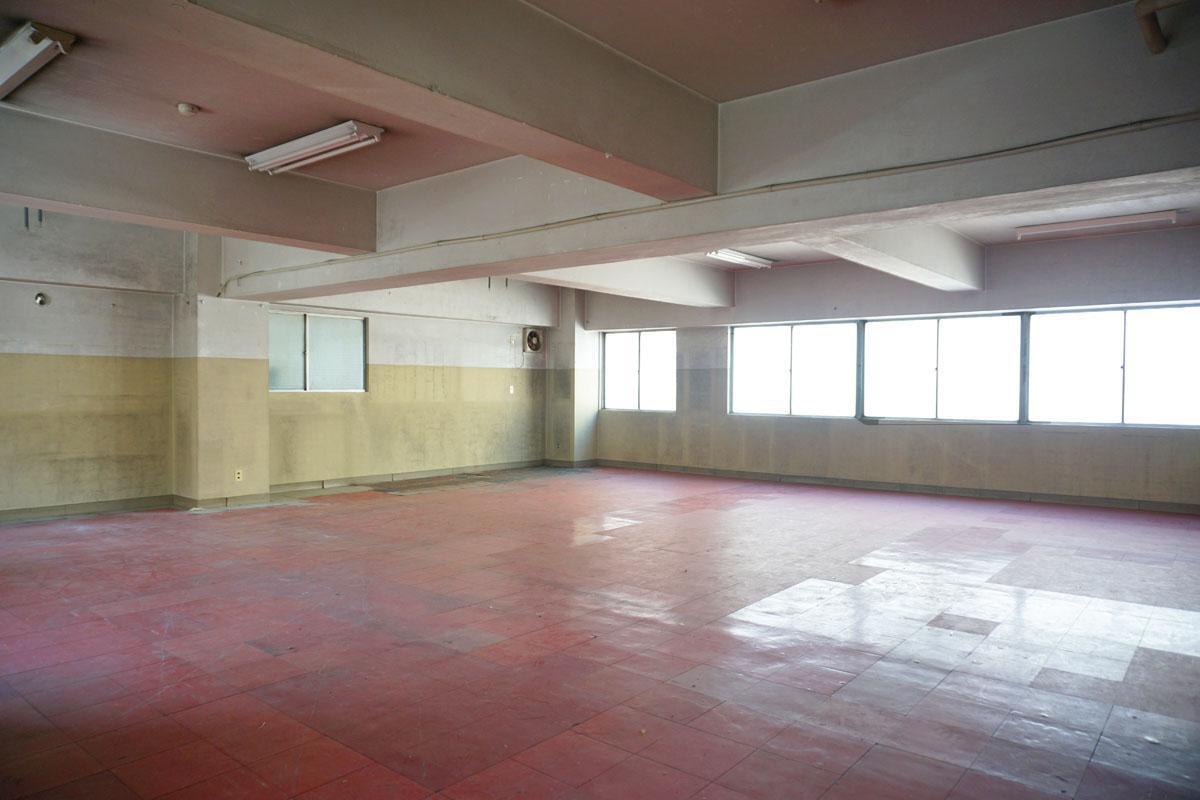 2階:1階の大きいスペースにある室内階段から直接アクセスできる