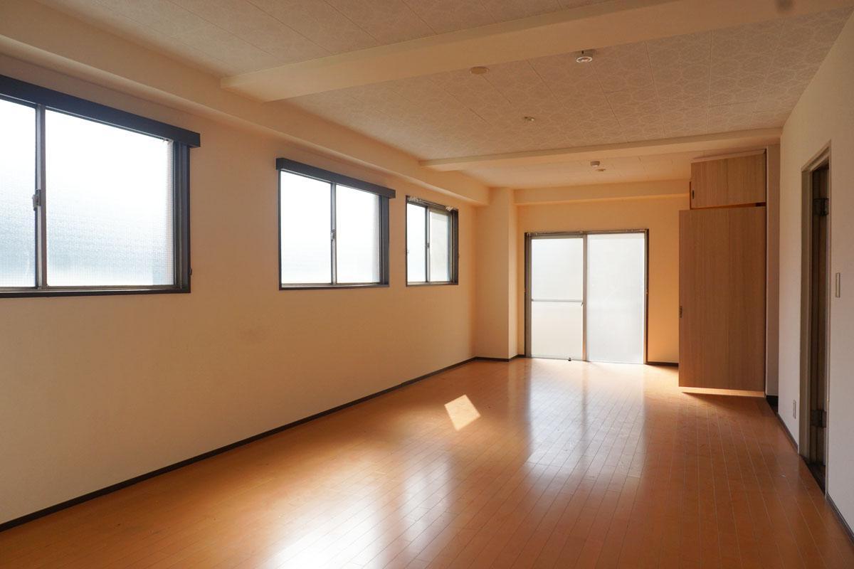 4階:30㎡程度の洋室、窓が多いので明るく爽やか