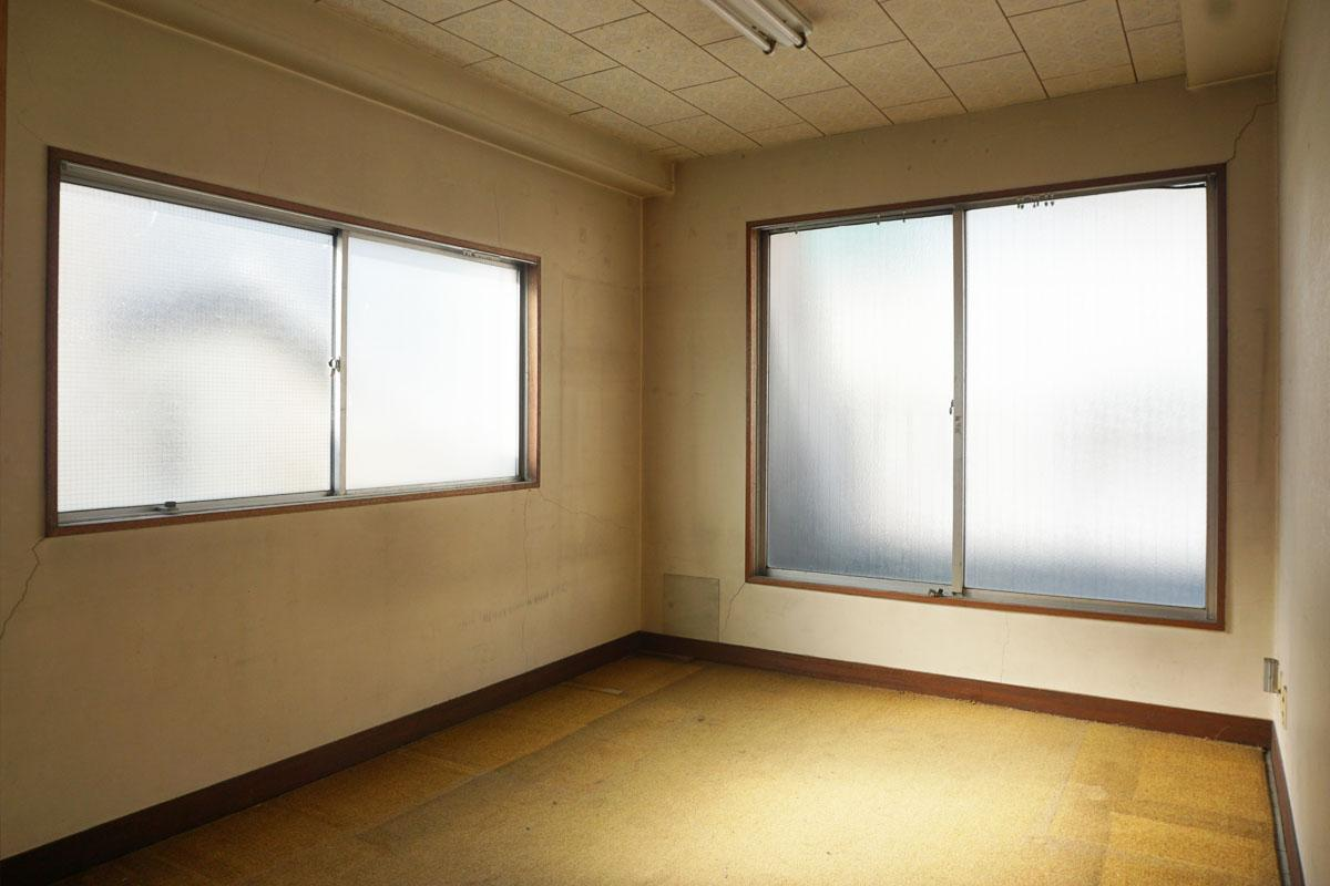 4階:12㎡程度の小部屋が二つ、塩ビタイルの下はモルタル