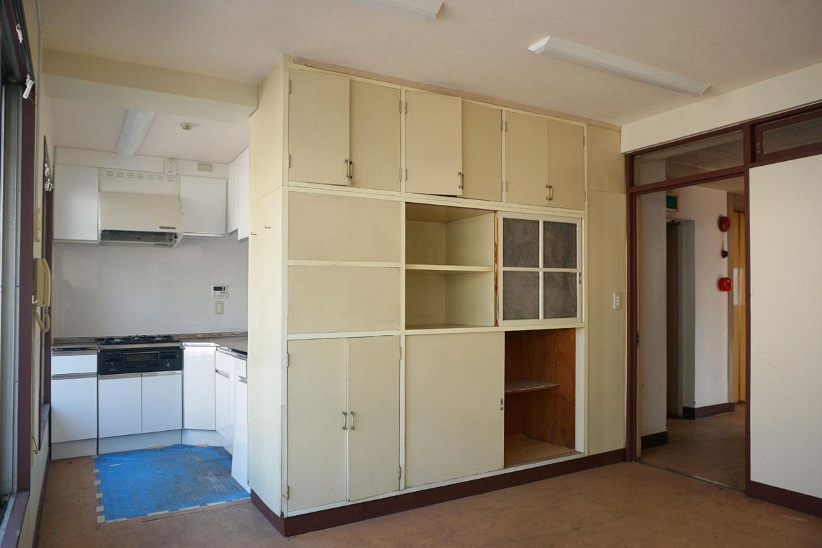 4階:20㎡程度のDK、キッチンは新しめ。入り口の木の枠や、中央の収納棚が渋くていい感じなので残してほしい
