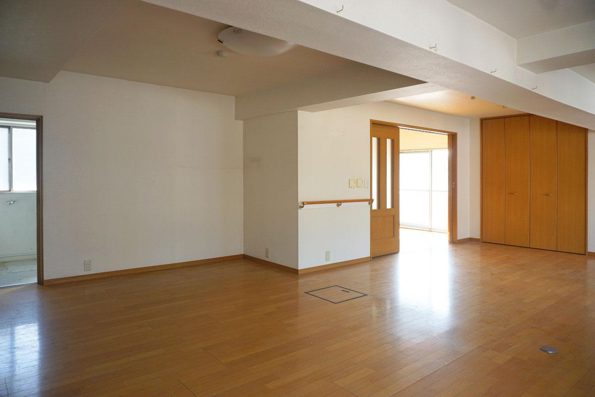 5階:30㎡程度の洋室、左にはお風呂・洗面室・トイレがある
