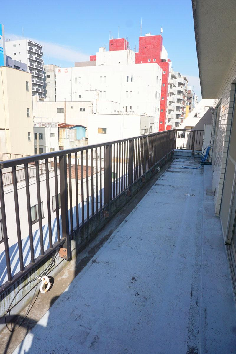 4階バルコニー:5階も同様、幅が約11mと広めで、程よく抜け感がある