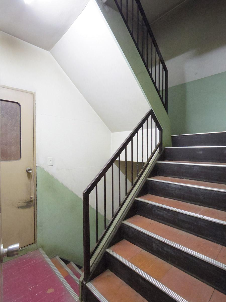 建物の真ん中の階段