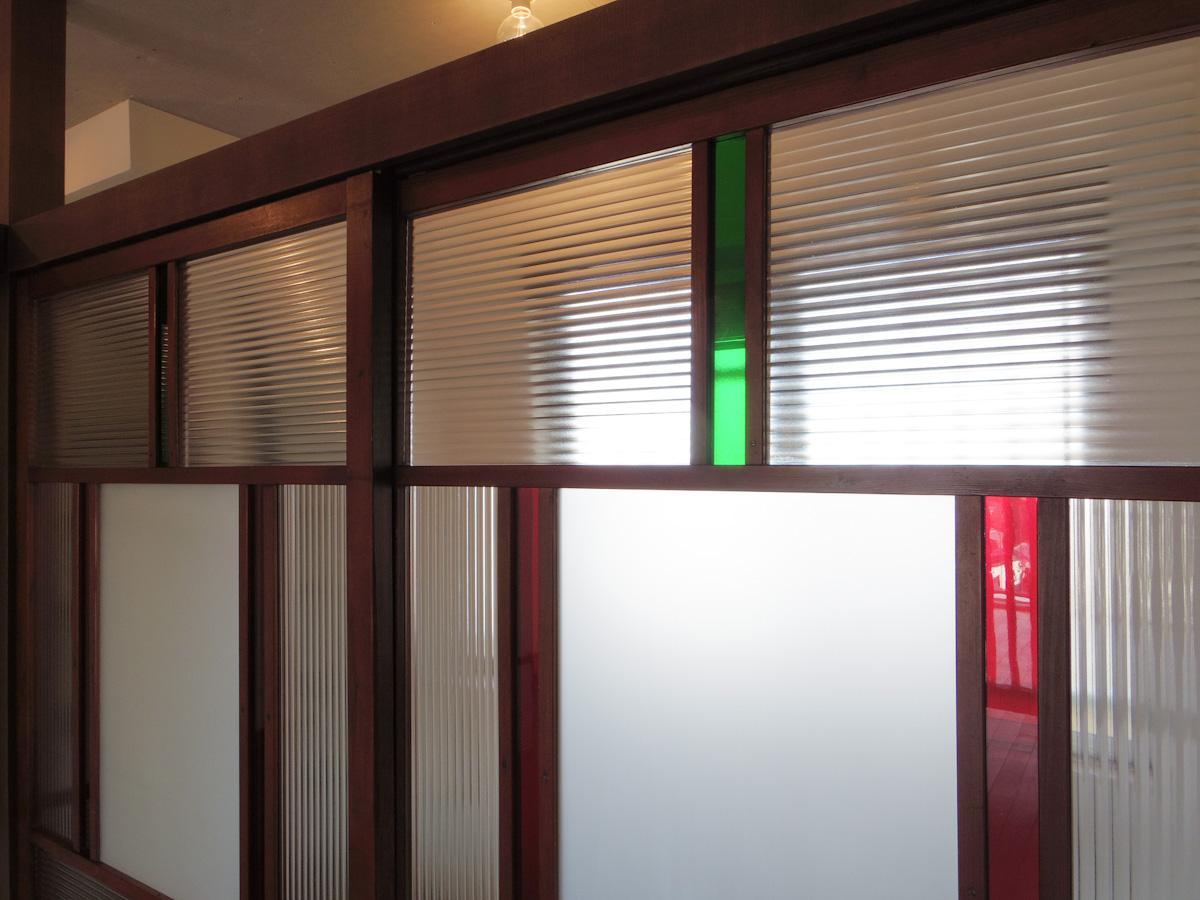 波ガラスにレトロな色合いの緑と赤の色ガラスが美しい