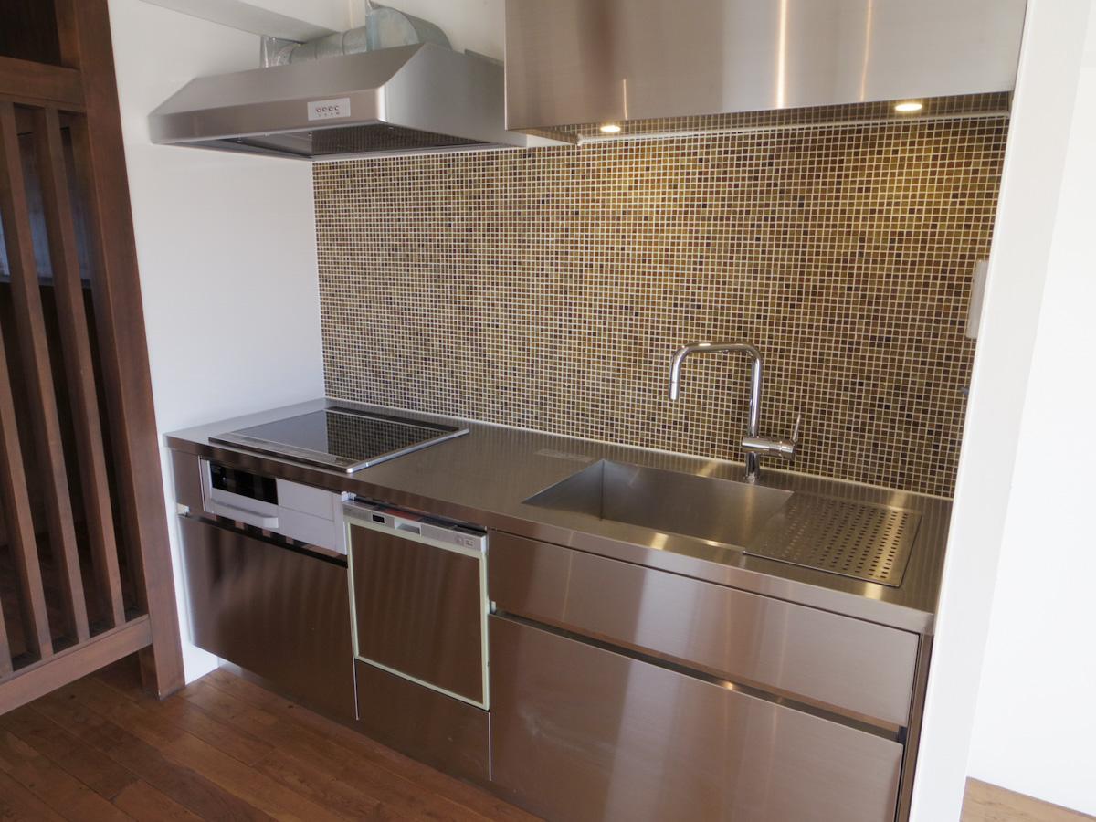 食洗機付きのスタイリッシュなキッチン