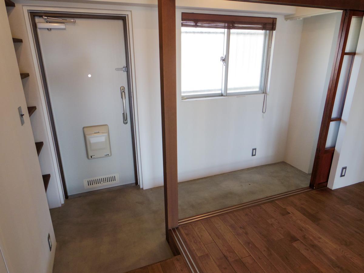 玄関周りは土間仕上げ。ベンチを置いたり、アウトドア用品を置けるサイズ感