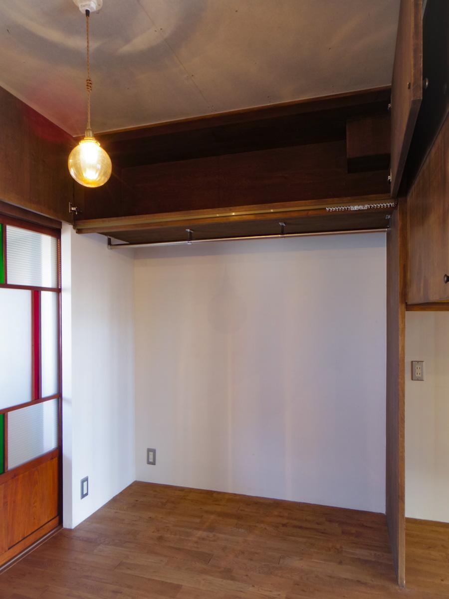 しっかり確保された収納スペース。カーテンレールが付いていて、隠すことも可能