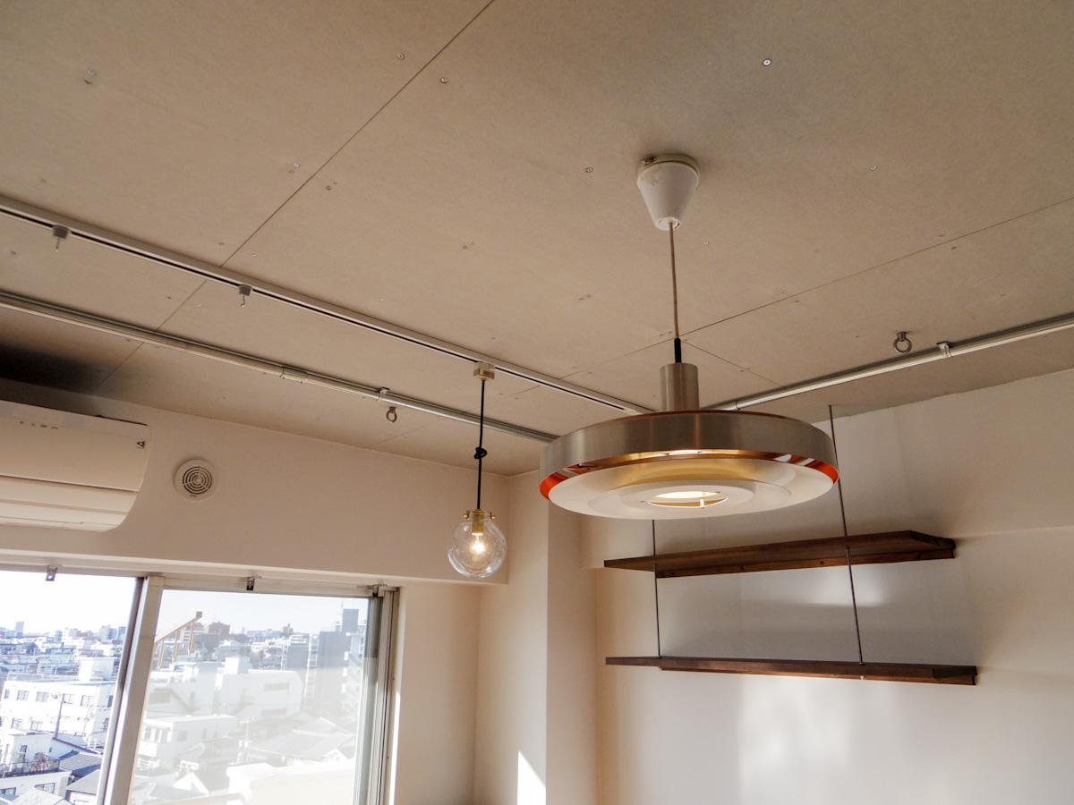 室内に合う照明付き。天井にはアンカーが打たれていて、ハンモックをぶら下げれる