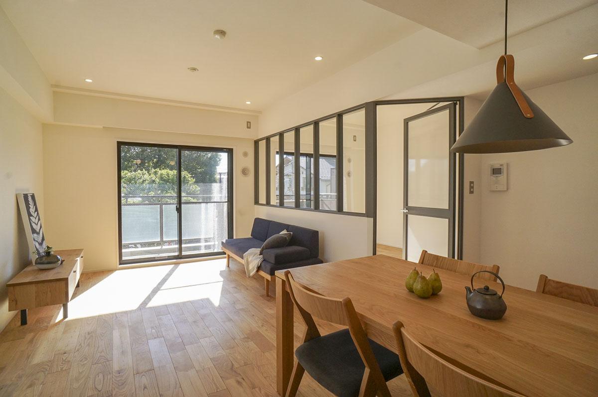 LDKは、横の洋室と室内窓で区切られる