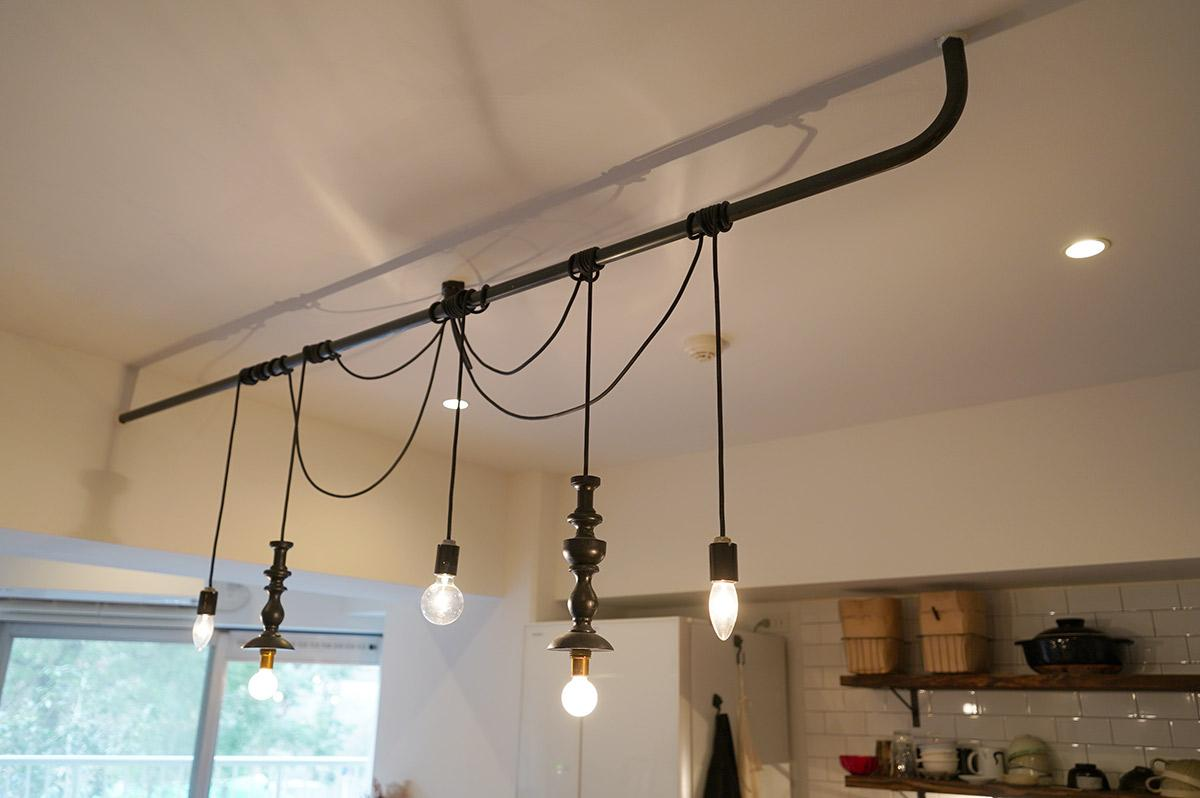 天井に渡されたバーに照明がリズムよくぶら下がります