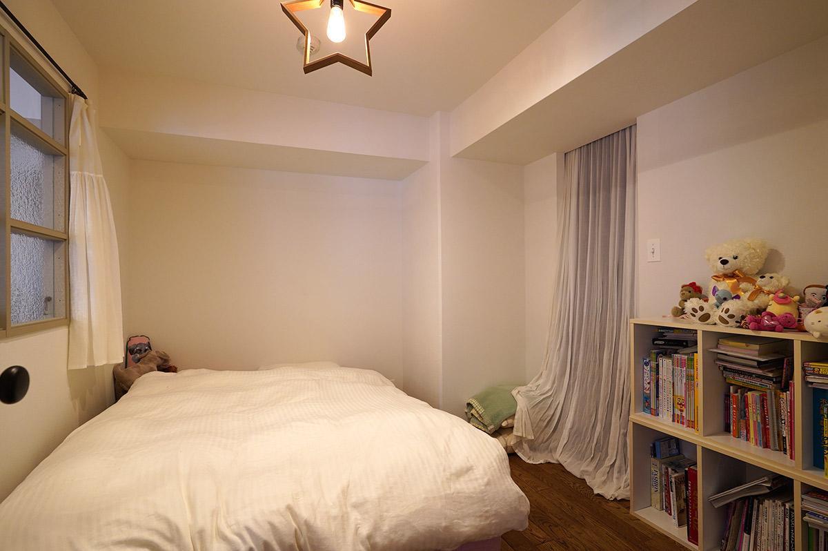 リビング脇の寝室の採光は小窓から