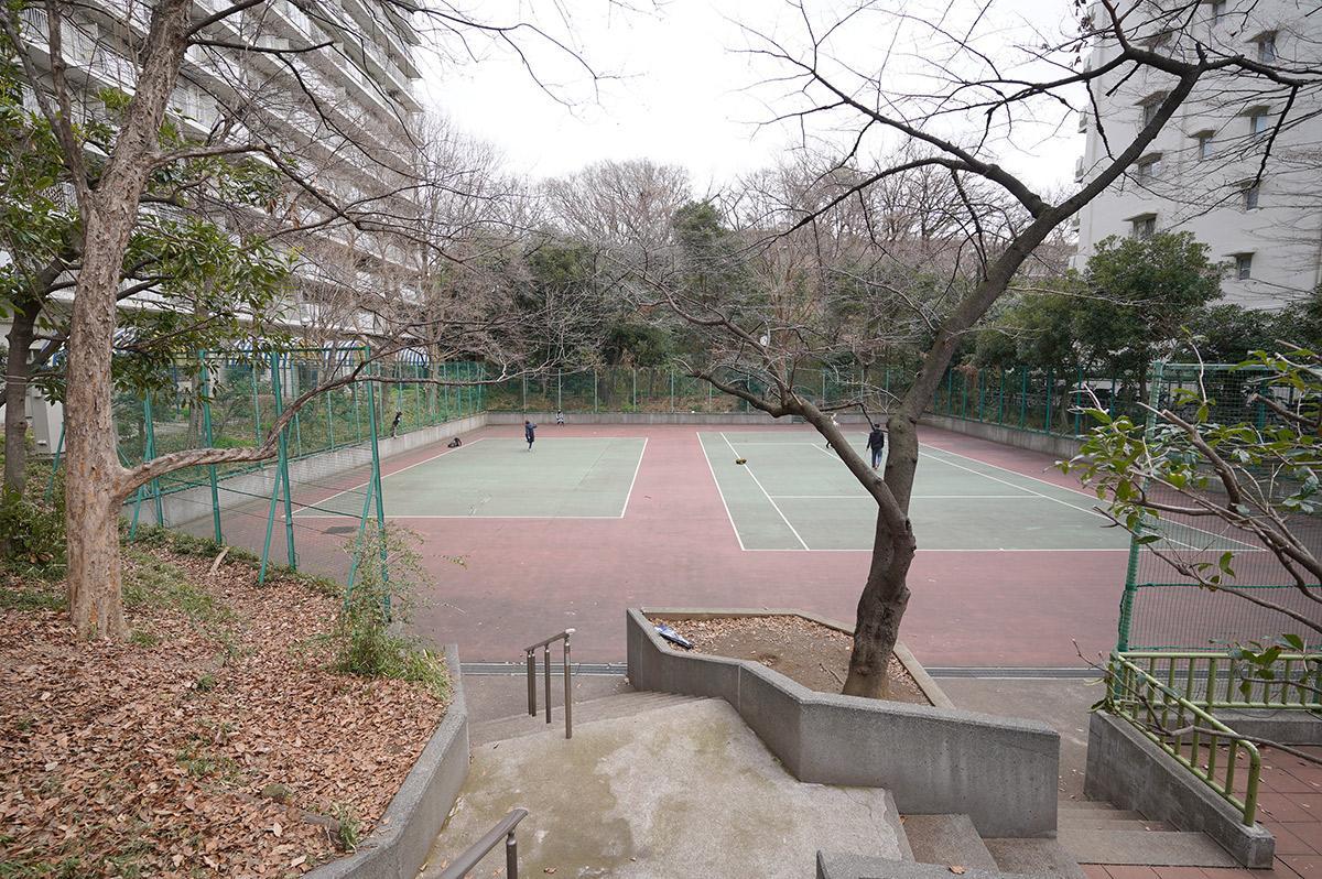 テニスコートまであります