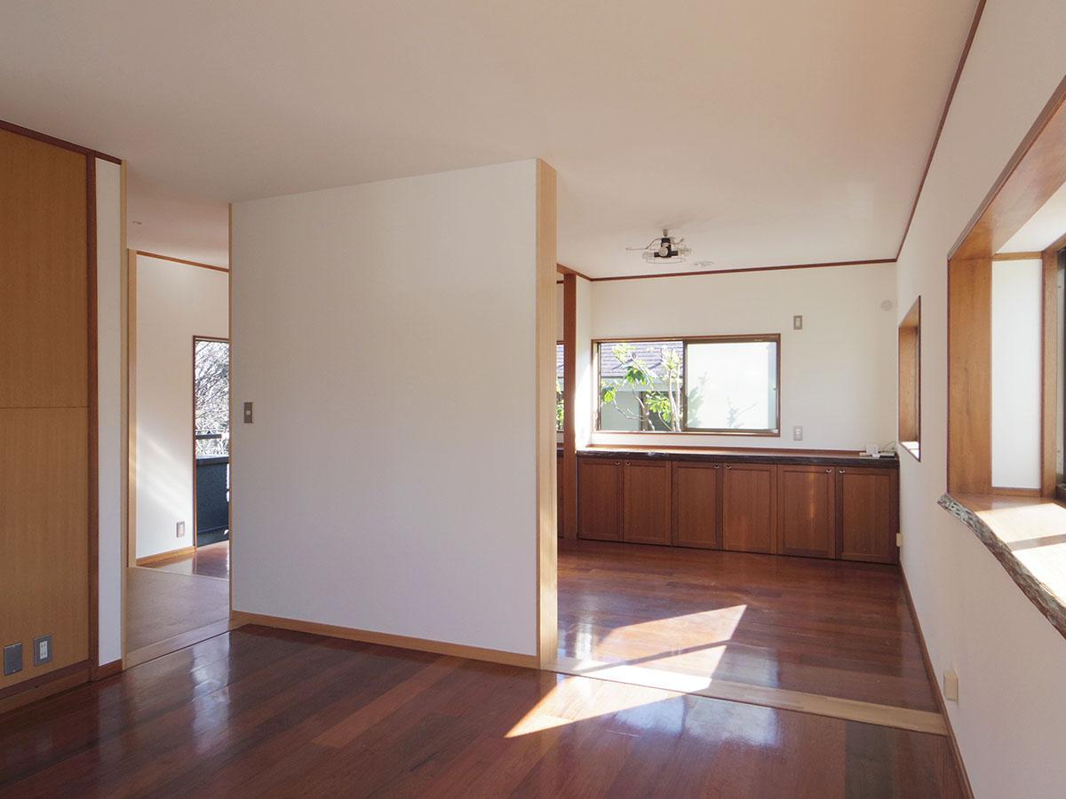 使い込まれたフローリングと、きれいな白壁のコントラストが良い
