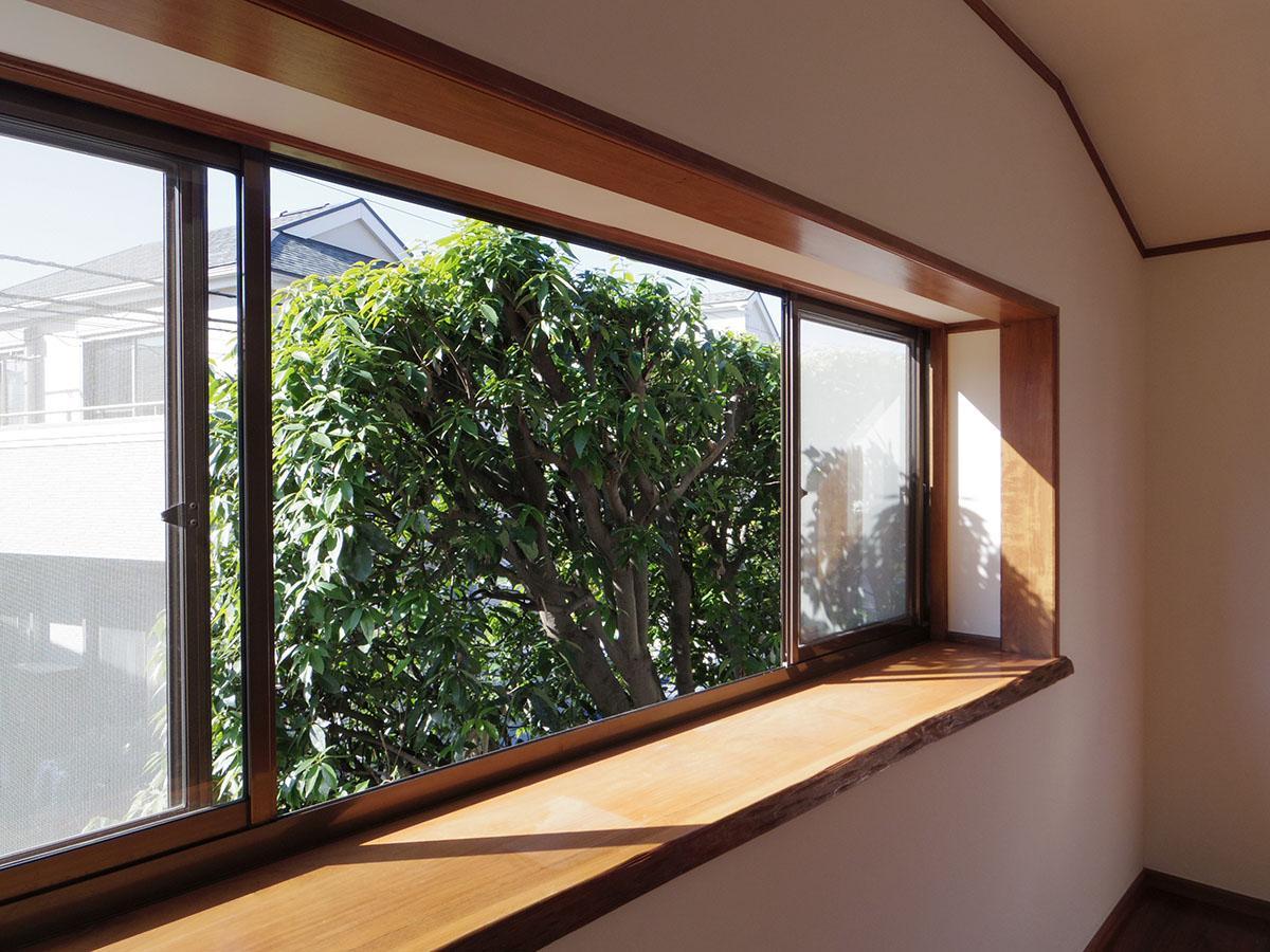 出窓の目前に迫る、植栽の緑