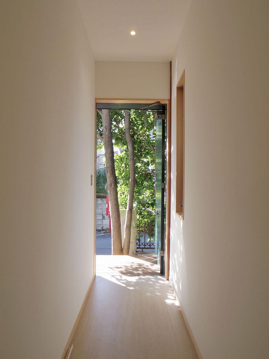 玄関を出てすぐに植栽の緑が出迎えてくれる