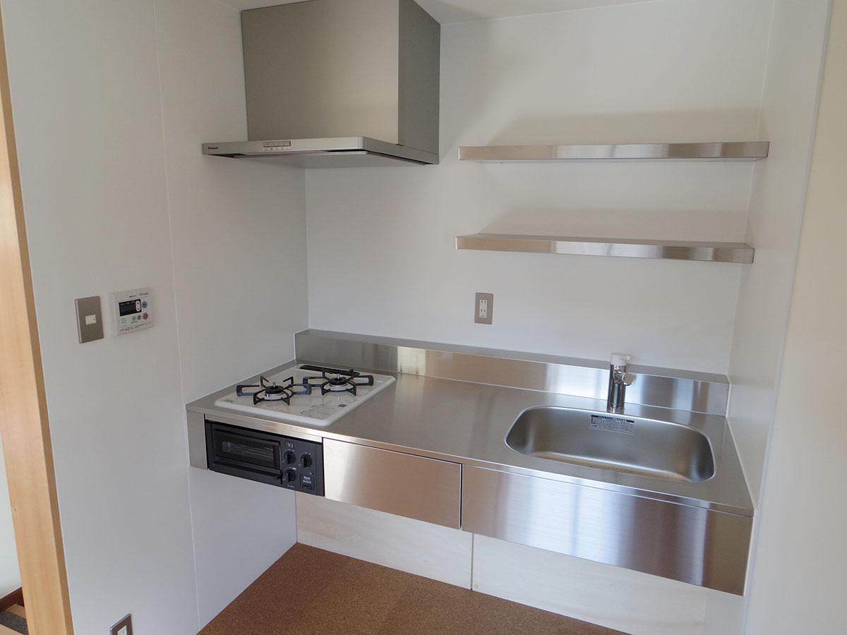 キッチンは生活感があまり出ぬように、ステンレス製のものを採用